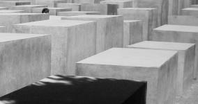 Mellan Förintelsemonumentets betongblock